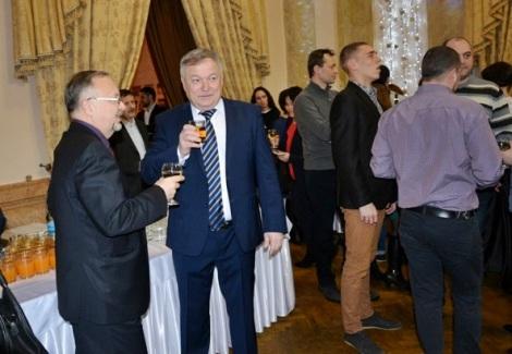 Александр Рафиков в центре