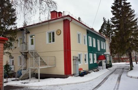 отремонтированное здание с часами