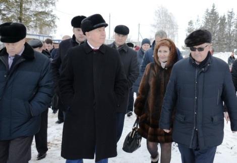 Андрей Половинкин показывает губернатору степень готовности ФСК «Победа», позади - Любовь Егоркина