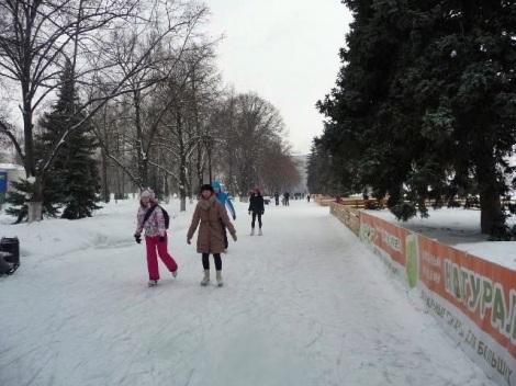 И дети любят кататься на коньках на набережной