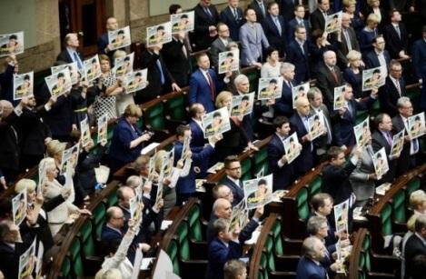 а депутатам самарской гордумы раздать фотографии обиженных членов Конституционного суда Польши