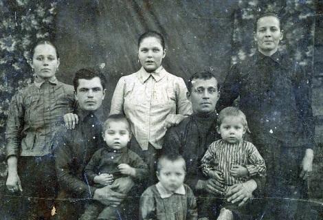 за год до расправы - дед справа, его брат - слева, посредине - сестра