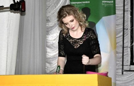 Ксения Ушкова рисует песком