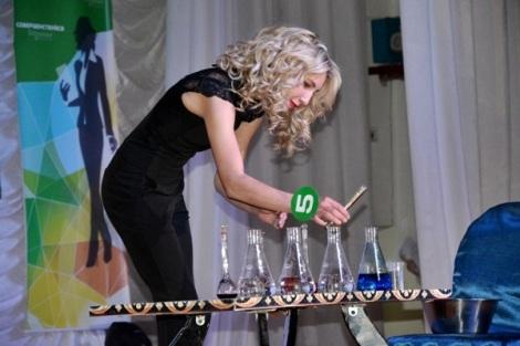 Алина Ушакова - готовит коктейль