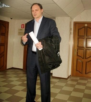 еще поднимаясь по лестнице суда услышал как Соколов ругается с Саровым