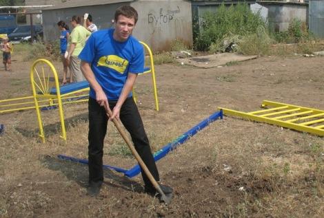 2010 Сергей ставит детскую площадку в Рубежном