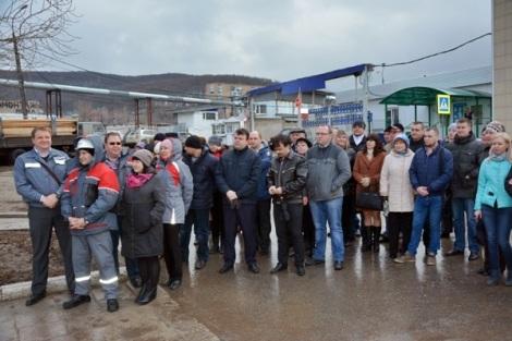люди собрались у проходной завода