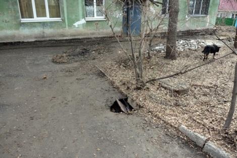 этой ямы у дома по Авроре 12 опасаются