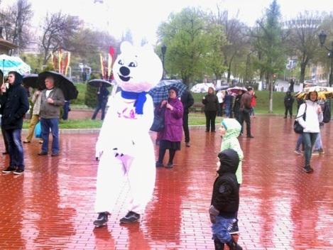 этот белый медведь удивлял детей больше дождя