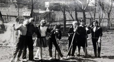 дети работают на пришкольной территории