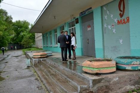 прощались со школой под дождем