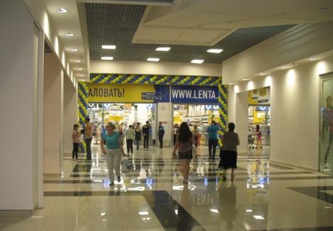 как видите людей груженных покупками на выходе из Ленты не видно