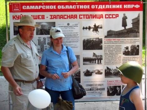 майор Александр Еремкин строил молодежь у стенда КПРФ