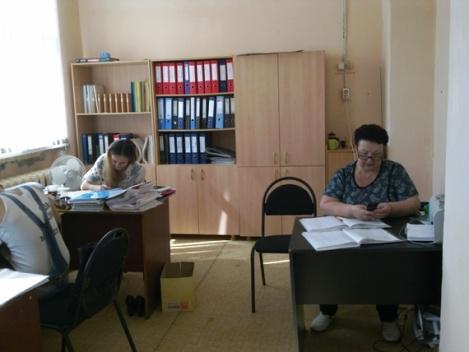 даже летом в учительской школы №151 с утра полно народа