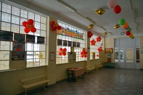 так оборудованы холлы в 118 школе, где находится летний лагерь