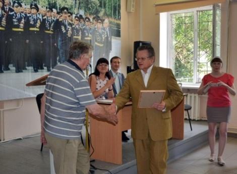 зам. министра финансов Владимир Панферов награждает от лица губернатора ветеранов Советского района Самары