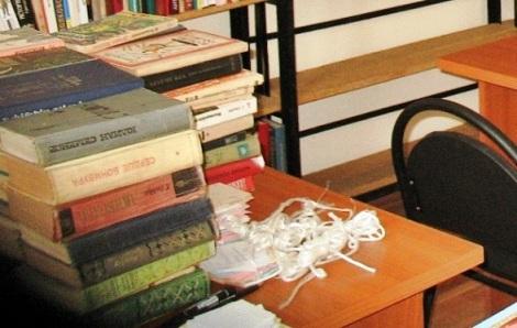 этот потрепанный соцреализм несли жители Киркобината в дар своей библиотеке