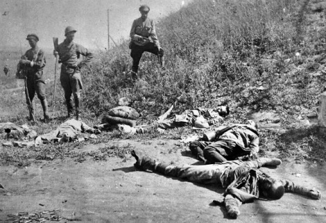 Чехи после боя в Сызрани, не понял почему у убитого красного на переднем плане - на руках культяпки - они раненых прикончили что ли?
