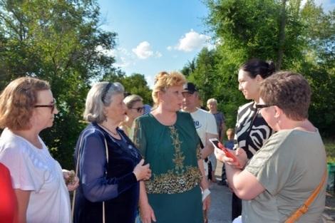 жители благодарят представителей Кошелев-проекта за то, что те в понедельник установили эти лавочки