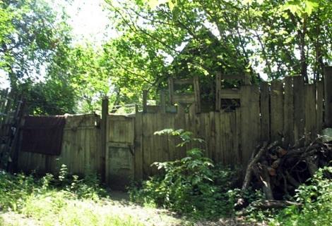 домики по краю урочища
