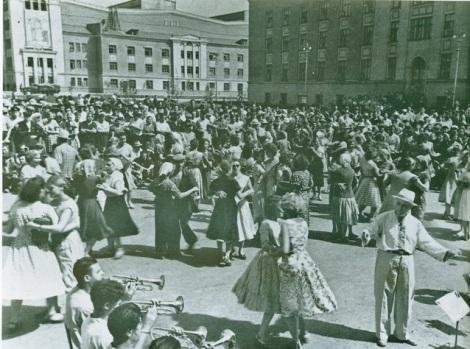 перед началом митинга посвященного открытию завода — вся площади танцевала