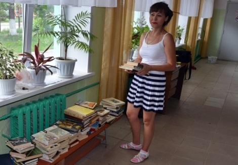 директор сразу начала определять книги по предметникам
