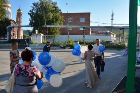 шары с логотипом начали раздавать в 7.05 - люди приходят на работу пораньше
