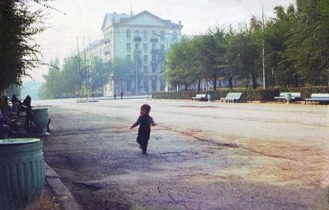 в Парке Дружба, на заднем фоне дом Гагарина, 153 - стоквартирный (9 мая 1975 г.)