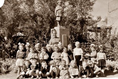 раньше за клубом Заря был детский сад, парк, а в парке памятник маленькому Володе Ульянову (теперь его там нет)