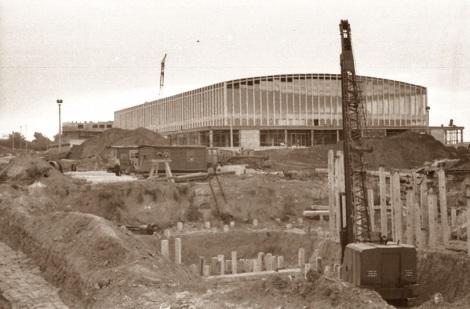 Рядом с уже построенным дворцом спорта вбивают сваи нового здания: дома быта «Горизонт».