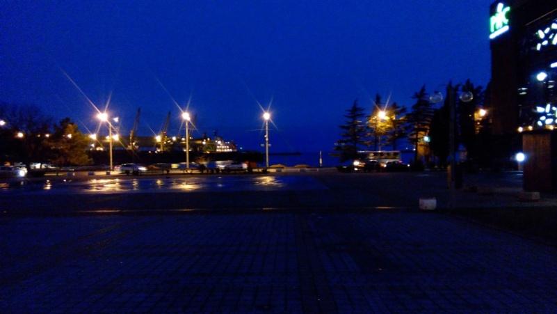 город на море вечером
